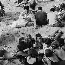 Jeunes sur la plage autour d'un transistor