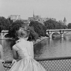 Jeune fille sur la passerelle des Arts