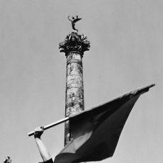 Jeune fille au drapeau