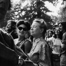 Simone de Beauvoir à la foire aux Femmes organisée à Vincennes par le M.L.F