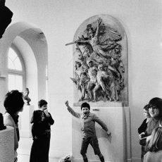 Cours d'expression corporelle devant une réplique de La Marseillaise à Dijon
