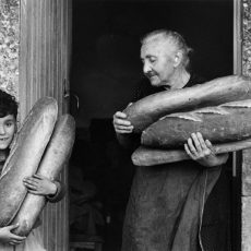 La grand-mère, l'enfant et le pain