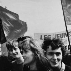 Jeunes qui défilent place de la Bastille