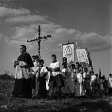 Pour implorer la pluie, monsieur le curé organise une procession