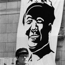 Evénements de mai-juin 68. La casquette Mao est de mise dans la cour de la Sorbonne à Paris