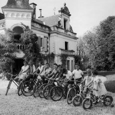 Les enfants du château avec leur bicyclette
