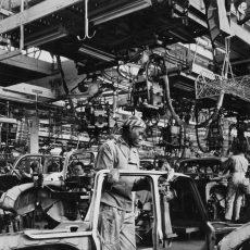 Travailleur africain immigré dans une usine automobile Renault
