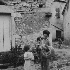 Enfants rapportant du pain, couronne ou baguette