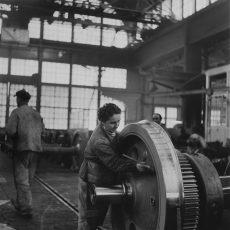 Ouvriers à l'usine Schneider