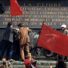 Evénements de mai-juin 68. Manifestants de la C.G.T. sur la Colonne de Juillet, place de la Bastille