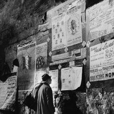 Couple regardant les affiches pour l'élection de l'assemblée de la IVème République