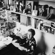 Simone de Beauvoir (1908-1986), écrivain français, chez elle
