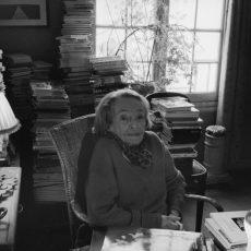 Marguerite Duras (1914-1996), écrivain français, chez elle.