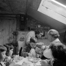 Famille nombreuse au moment du repas