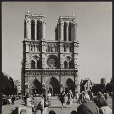 Touristes sur le parvis de Notre-Dame