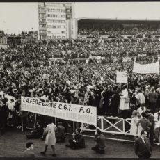 Evènements de mai-juin 1968. Manifestants chantant l'internationale lors de la manifestation organisée par l'UNEF