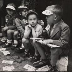 Enfants portant des casquettes du journal «La Vie Ouvrière»