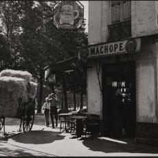 Café à l'angle de la rue de Lancry et du canal Saint-Martin